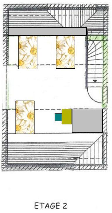Etage 2 : vaste chambre sous combes comportant trois lits et un bureau.